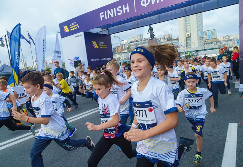ウラジオストク国際マラソンを走る子供たち