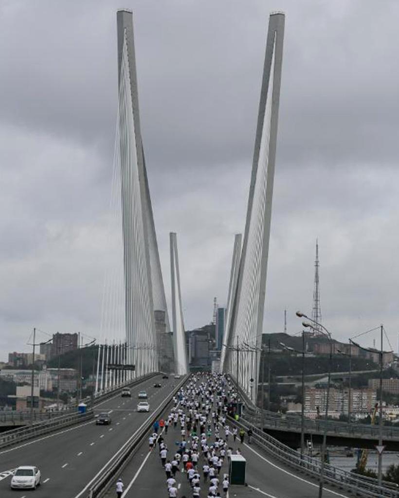 ウラジオストク国際マラソンのコースである金角湾大橋を走るランナーたち