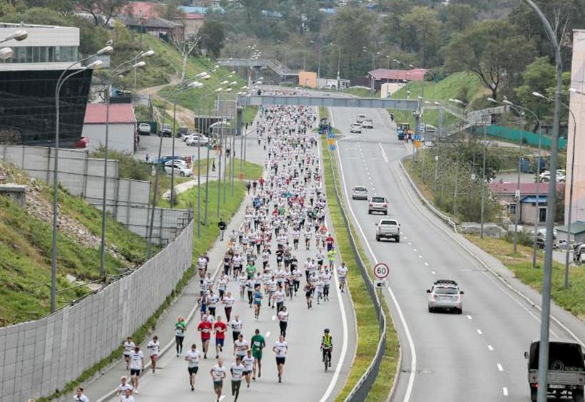 ウラジオストク国際マラソンで公道を走るランナーたち