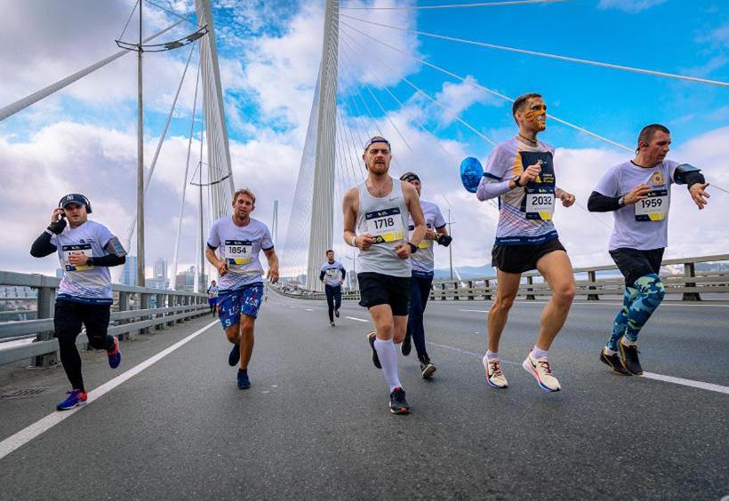 ウラジオストク国際マラソンでルースキー大橋の上を走るランナーたち