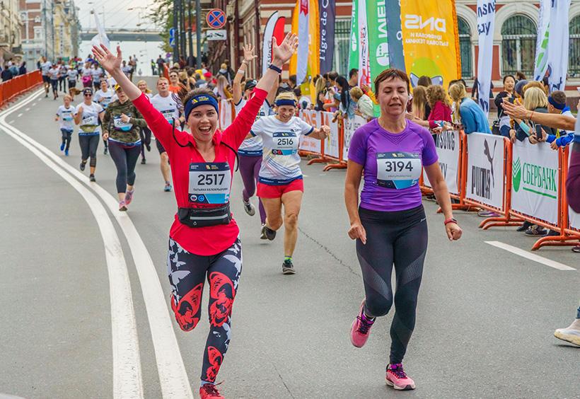 ウラジオストク国際マラソンで両手をあげて走るランナーたち