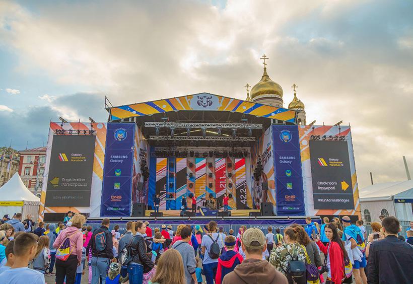 ウラジオストク国際マラソンゴール地点の中央広場に設置されたステージ