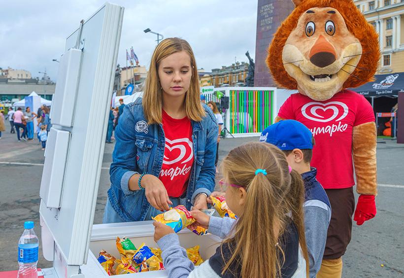 ウラジオストク国際マラソンゴール地点の広場でアイスクリームを買う子供たち