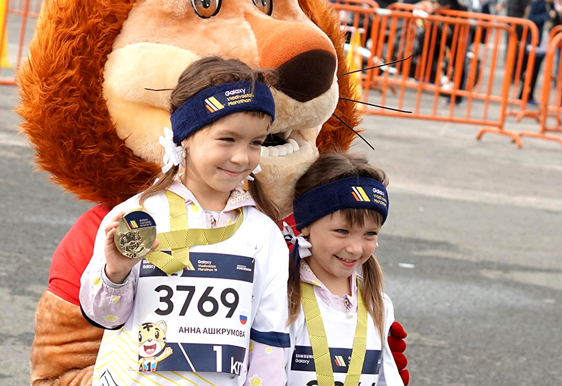 ウラジオストク国際マラソンのメダルを手に記念撮影する子供