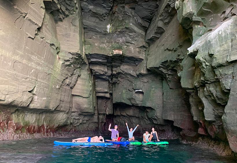 洞窟の中で撮ったグループ写真