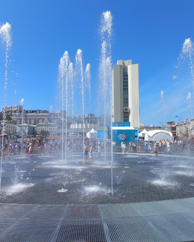 噴水の背後に見えるロシア沿海地方行政府