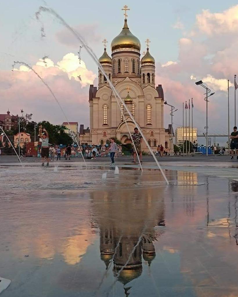 夕日でピンクに染まる教会の白いシルエット
