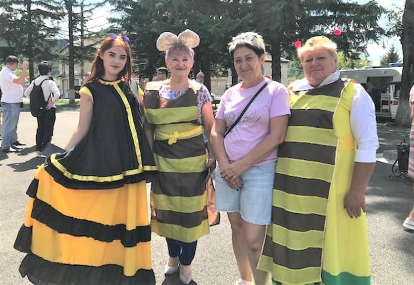 ミツバチのコスチュームに扮した村人たち