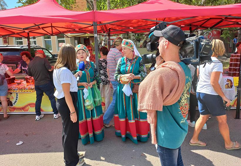 伝統衣装を着てインタビューを受ける女性